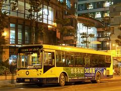 圣诞夜的靖海路/Silent Night in Jinghai Road (KAMEERU) Tags: guangzhou christmas bus public transportation gz6112s2