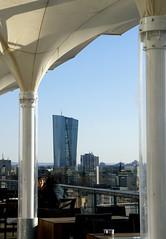 Frankfurt, Blick von der Kaufhof-Terrasse zur EZB (1) (HEN-Magonza) Tags: germany deutschland hessen frankfurt ecb hochhaus hesse highrisebuilding ezb europeancentralbank europischezentralbank