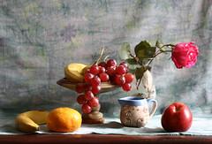 Naturaleza muerta con uvas (leograttoni) Tags: stilllife buenosaires interior flor fruta bodegn naturemorte laplata jarro naturalezamuerta