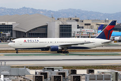 Delta Air Lines Boeing 767-332 N138DL (Steven Weng) Tags: lines canon la los airport angeles aircraft air delta international boeing lax airlines   767332   n138dl eos7d2 ef100400is2