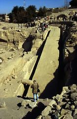 Ägypten 1999 (045) Assuan: Unvollendeter Obelisk (Rüdiger Stehn) Tags: afrika ägypten egypt nordafrika 1999 winter urlaub dia scan analogfilm 1990er slide 1990s eswan assuan oberägypten aswān südägypten aṣṣaʿīd bauwerk historischesbauwerk altägypten archäologie archäologischefundstätte steinbruch obelisk unvollendeterobelisk diapositivfilm analog kbfilm kleinbild canoscan8800f canoneos500n unescowelterbe unescoweltkulturerbe weltkulturerbe welterbe altertum antike 35mm diapositivfil misr مصر ägyptologie ruine أسوان reise reisefoto