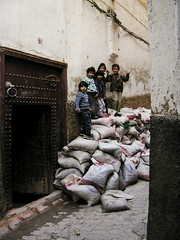 Calles de Fes-Marruecos-2004 (Carles Cerulla) Tags: africa viaje de calle nios morocco fez antiguo bolsas calles fes fesmarruecos2004