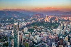 Los ltimos rayos de sol sobre los Andes (hapePHOTOGRAPHIX) Tags: chile southamerica skyscraper cl santiagodechile wolkenkratzer amricadelsur sdamerika reginmetropolitana grantorresantiago hapephotographix fujix100t 152chl