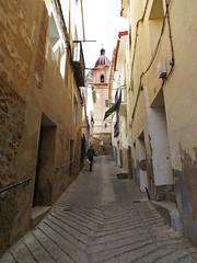 Subiendo a la iglesia (kirru11) Tags: espaa persona calle iglesia casas quel hombre canonpowershot cuesta balcones fachadas larioja barandillas kirru11 anaechebarria
