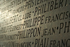 Pierre tombale. Enfin, Philippe tombale ! (leblondin) Tags: monument lyon monumentauxmorts philippe worldwar villeurbanne nom gravures mortpourlafrance philibertclaude philippeernest philippefransic philipponbenoit philipponjean