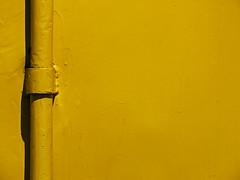 Yellow vitamin (Lukinator) Tags: from shadow color texture yellow colorful side von tube pipe mini gelb finepix co colored fujifilm middle left rohr colorless der farbe mitte schatten minimalistic farbig minimalist midpoint farben vitamin vitamine seite gelbe hs20 textur linke minimalistisch farbenreich mittelpunkt farbenfreudig