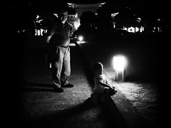 night play (dr.milker) Tags: taiwan chiangkaishekmemorialhall bw blackandwhite taipei noiretblanc blancoynegro urban street people negroyblanco        night evening