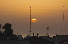 Un ocaso de Sol  -  A setting sun (ricardocarmonafdez) Tags: luz light colores colors contrast sunset atardecer setting sol canon ricardojcf ciudad city urbano urban contraste