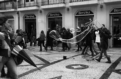 Bolas de Sabão (miza monteiro) Tags: street lisboa streetphotography bolas ruaaugusta pretoebranco sabao