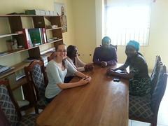 Janine mit Dorcas Waindim und MItarbeitern von ASEED