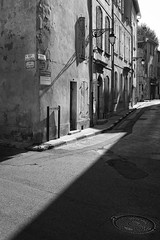 Arles - shadow (O.Schmidt2012) Tags: street city blackandwhite bw france monochrome architecture 35mm canon lights interesting cityscape kittens explore most schmidt provence arles schatten ze lightroom collected carlzeiss distagont235 canon5dmkiii