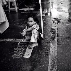 (illpelle) Tags: street people market pipe persone malaysia borneo fishmarket povero elemosina