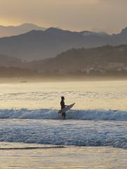 Un surfista (Rubn Daz Caviedes) Tags: sunset sea espaa mar spain surf waves surfer oleaje puestadesol olas ocaso cantabria sanvicentedelabarquera surfista bayofbiscay marcantbrico surfero playademern mernbeach