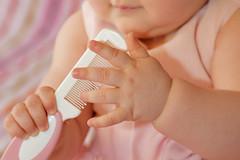 I bambini sono come il cemento umido, tutto quello che li colpisce lascia unimpronta. (illyphoto) Tags: battesimo bambina pettine manine illyphoto photoilariaprovenzi
