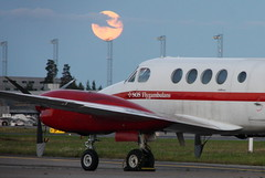 The moon and Flygambulans SE-IXC, OSL ENGM Gardermoen (Inger Bjrndal Foss) Tags: seixc flygambulans swedish air ambulance beech super king osl engm norway gardermoen moon