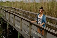 Junge Frau in den Everglades (MarlonBu) Tags: usa florida everglades amerika sonnenbrille steg sumpf mittelamerika lumia1020