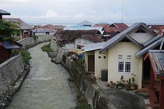 Ampana, Central Sulawesi (-AX-) Tags: indonesia rivière ampana bâtimentmaison sulawesitengahcentralsulawesi