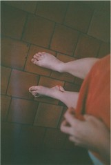 argentique (Zo Cavaro) Tags: camera old red feet portraits vintage photo blood model photographie hand legs bleeding sang pieds jambes argentique appareil zo modle pellicule saigner cavaro