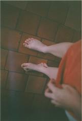 argentique (Zoé Cavaro) Tags: camera old red feet portraits vintage photo blood model photographie hand legs bleeding sang pieds jambes argentique appareil zoé modèle pellicule saigner cavaro