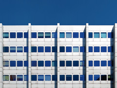 pharmazeutischer bergang | berlin | 1605 (feliksbln) Tags: blue windows shadow sky building berlin lines azul architecture facade de office arquitectura pattern geometry fenster edificio himmel sombra front ventanas cielo repetition architektur blau fachada schatten gebude muster fassade geometrie lneas linien repeticion patrn geometra wiederholung abstracture asymmetrya administracin verwaltungsbau