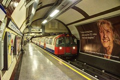 London Underground - Piccadilly Line - 1973 Tube Stock at Hyde Park Corner (David Pirmann) Tags: england london train underground subway metro transit piccadillyline hydeparkcorner 1973tubestock