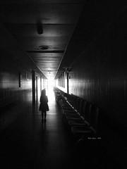 P1170138 ...hacia la luz (Rodo Lpez) Tags: personas nia luz contraluz pasillo nikon naturebynikon nikonistas hospital castillayleon castillayleonesvida spain sentimientos blancoynegro bn espaa leon