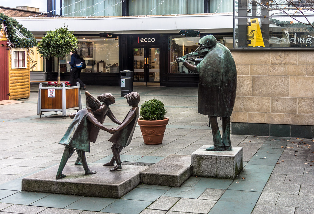 For many decades, the statute of the Fiddler of Dooney has been a lovely centrepiece of the Stillorgan Shopping Centre Ref-100118