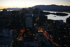 Abendlicher Blick vom Tower des Harbour Centre auf die Stadt nach Nordwest; Vancouver (35) (Chironius) Tags: sunset canada vancouver atardecer evening abend zonsondergang tramonto sonnenuntergang dusk britishcolumbia dmmerung crpuscule schemering kanada crepuscolo  abends