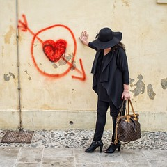 Black Lady in love (stefanobiserni) Tags: street 2 streetart minolta streetperformer 35 streetfashion sonya99