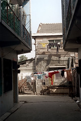 32-378 (ndpa / s. lundeen, archivist) Tags: nick dewolf nickdewolf 32 reel32 color photographbynickdewolf 1970s 1972 fall film 35mm winter republicofchina taiwan taiwanese city citylife candid streetphotography streetlife building buildings home homes architecture clothes laundry clothesline clotheslines dwelling residence alley china chinese 1973