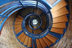 Von unten nach oben, 162 Stufen (julia_HalleFotoFan) Tags: fehmarn leuchtturm fehmarnsund treppenhaus wendeltreppe flgge inselfehmarn leuchtturmflgge