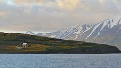 Hrísey (heikole-art.net) Tags: ocean schnee sea house mountain snow berg island see iceland meer haus insel hrísey ozean dalvik heikole