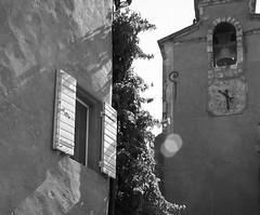 Luci e ombre in un mattino provenzale... (Irma-48) Tags: de villages plus beaux campanaria francefranciavaucluseprovenceprovenzapacaroussillonles francefinestrafenetreombreclochersclocherhorlogeorologiotorre