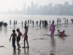 Mumbai, Girgaon Chowpatty Beach, Bombay, India Asia Indien (c) (hn.) Tags: ocean sea people copyright india building beach skyline strand buildings asia asien heiconeumeyer meer leute indian bombay maharashtra indians mumbai indien gebäude hochhaus southasia edifice copyrighted 2014 localpeople in inder arabiansea malabarhill hochhäuser ozean chowpattybeach indisch girgaon girgaum arabischesmeer südasien girgaumchowpatty girgaonchowpatty maharashthra girgaonchowpattybeach girgaumchowpattybeach tp201415