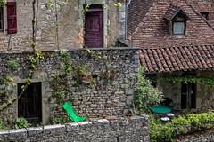 Les maisons en pierre (Lucille-bs) Tags: france architecture table europe pierre terrasse lot vert porte maison tuile habitation quercy transat midipyrnes stcirqlapopie