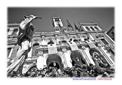 De resucitados y pijos resucitados (Chema Concellon) Tags: blackandwhite espaa flores blancoynegro easter spain arquitectura europa europe arte edificio valladolid escultura paso cristo construccin turismo fachada banderas cultura fotgrafo jess semanasanta 2012 ayuntamiento polticos torres contrapicado tradicin castilla fotografa carroza talla gobernantes escultor jesucristo procesin hollyweek castillaylen domingoderesurreccin religin devocin cofrada imgen edificacin casaconsistorial consistorio imaginera resucitado chemaconcelln cristoresucitado maderapolicromada imaginero pasoprocesional valladolidcofrade ricardoflecha nuestropadrejessresucitado procesinderesurreccin pijosresucitados