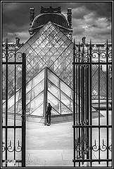 Un Portail  LOUVRE PARIS France (dumontet.gilles) Tags: paris monochrome blackwhite noiretblanc louvre muse lumiere horrible fille pyramide paname decalage obtique