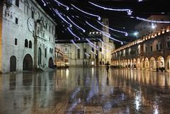 Piazza bagnata 2 (darioquattro) Tags: luci piazza acqua pioggia notte popo ascoli piazzadelpopolo piceno bagnato