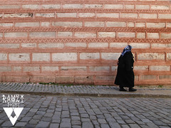 Le Mur (Ramzi Photo) Tags: wall femme muslim bricks east middle orient rue mur frontier vieille briques frontiere pave musulmane