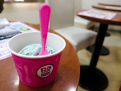Baskin-Robbins - Popping Shower (Nelo Hotsuma) Tags: food art ice japan night shower rocks asia candy cream mint restaurants pop 日本 okinawa taste 沖縄 magical culinary baskin robbins popping mintnight