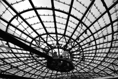 Hangar 7 (Marie Kappweiler) Tags: bw reflection salzburg window metal silver grey europe noir pattern shine noiretblanc fenster indoor schwarzweiss fentre spiegelung reflets muster redbull glas mirrow vitres flyingbulls hangar7 gerst salzbourg nieten unicolor unifarbig