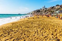 Reaca beach life (hapePHOTOGRAPHIX) Tags: chile sea terrain beach southamerica strand landscape mar sand meer playa landschaft cl reaca viadelmar topography sandstrand amricadelsur sdamerika regindevalparaso topographie landschaftsform gelaende hapephotographix fujix100t 152chl