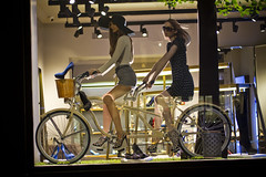 Paris Cycle Chic_16 (Mikael Colville-Andersen) Tags: street paris france bike bicycle photography cycling photographie strasse streetphotography bici rue fahrrad vlo frankrig sykkel decisivemoment cykel parigi fotografi bicicletta gade cykling