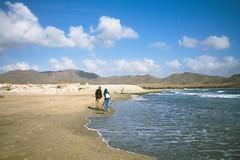 Playa de los Genoveses (© Delsool) Tags: canon chica pareja playa paisaje otoño octubre chico 1020mm olas almeria cabodegata turbante robado genoveses playadelosgenoveses delsool veroño
