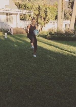 Neymar e Justin Bieber batem bola na casa do cantor; veja vídeo