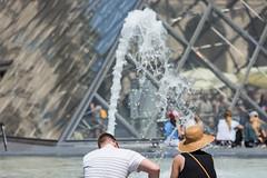 Rafraichissement (Positif+) Tags: france iledefrance lieux paris scnesderue techniquephoto ledefrance homme femme pyramique man woman fontaine jet eau water pyramide louvre
