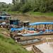 Barcos transportam mercadorias rios acima