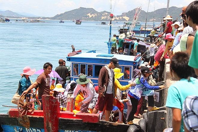 Khách du lịch đến đảo Bình Ba