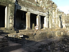 "Seul... à Angkor <a style=""margin-left:10px; font-size:0.8em;"" href=""http://www.flickr.com/photos/83080376@N03/16043565425/"" target=""_blank"">@flickr</a>"