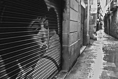 Fumando espero en el Gtico (Kasabox) Tags: barcelona street woman calle mujer bcn